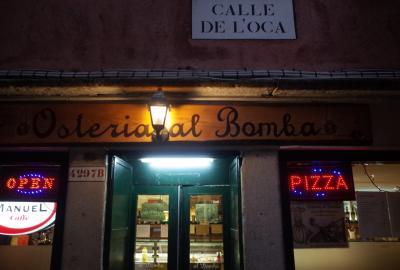 ベネチア唯一の大通りを歩く。