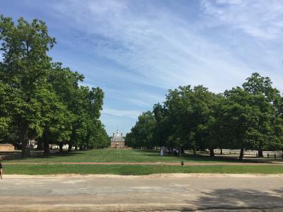 バージニア州 コロニアルウィリアムズバーグ ー 美しいパレスグリーンは総督公邸前の目抜き通り