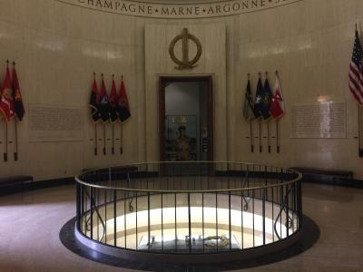 バージニア州 ノーフォーク ー マッカーサーメモリアル博物館の本館にはお墓もあります。