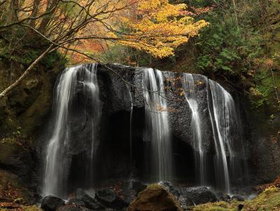会津・裏磐梯 絶景&紅葉の旅 (5) 雨でしっとり 達沢不動滝と大内宿