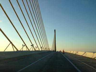 フロリダ州 セント ピーターズバーグ ー 朝焼けのサンシャイン スカイウェイ橋へ