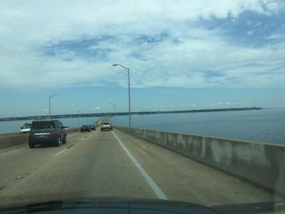 フロリダ州 ガルフ ブリーズ ー 細長い半島を西端までドライブしベイブリッジへ