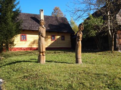 タトラ山麓とスロバキア周遊の旅No.7<ヴルコリニェツ村、フロンセクの木造教会、バンスカー・シュティアヴニツァ>