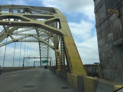 ペンシルベニア州 ピッツバーグ ー フォートデュケイン橋を渡ってダウンタウンを横切る