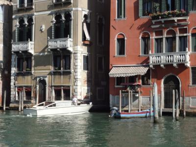 初めてのベネチア その17 (イタリア・スペイン・ポルトガル・オランダ 12日間の旅 その2-17)自家用ボートは当たり前、運河沿いのお宅!
