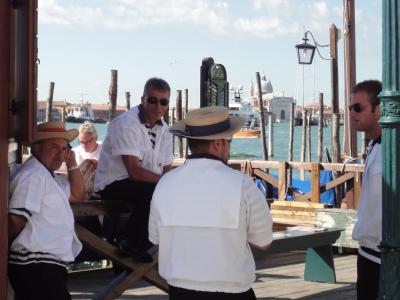初めてのベネチア その18 (イタリア・スペイン・ポルトガル・オランダ 12日間の旅 その2-18)いよっ男前、客待ちするゴンドラ乗りたち!