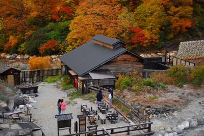 色鮮やかな紅葉の乳頭温泉郷 湯めぐりで目と心の保養