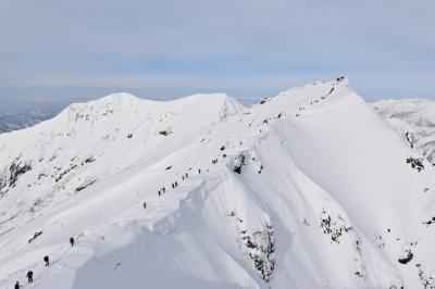 行列のできる谷川岳へ 日帰り雪山登山