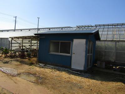 温室前の小屋とコミュニティバス