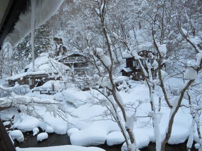 雪の中の温泉
