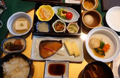 奈良ホテルで朝食。和食を頼みました。おかずが豊富で,どれもおいしかった。