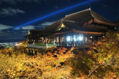 2020年11月 GOTOで行く京都 紅葉の旅その1 にこみや岳で夕食後、八坂神社、八坂の塔、二寧坂、産寧坂を歩いて、清水寺の特別拝観へ