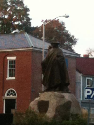 マサチューセッツ州 セーラム - セーラムコモンの前には魔女博物館やロジャーコント像