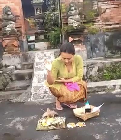 バリ島の家庭での儀式の様子