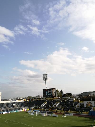 【ニッパツ三ッ沢】横浜FCを見に行ったよ。徒歩でアクセスしたよ。桜も散り、勝ち点1。
