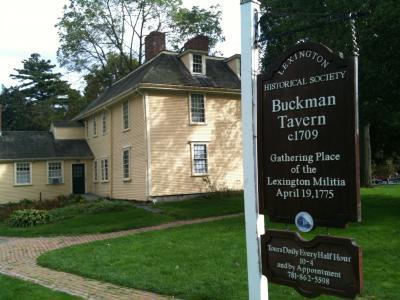 マサチューセッツ州 レキシントン - 独立軍の本部と戦死者のモニュメント