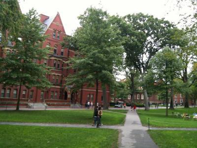 マサチューセッツ州 ケンブリッジ - 観光客もいるハーバード大学の敷地へ