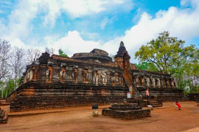 タイの遺跡を全部巡るつもりが、コロナの影響で北部だけで終わってしまった旅 その7 68頭の像で有名なWAT CHANG ROB