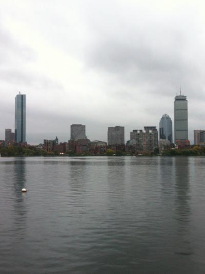 マサチューセッツ州 ケンブリッジ - 川沿いを散策しながら景色を楽しみます。