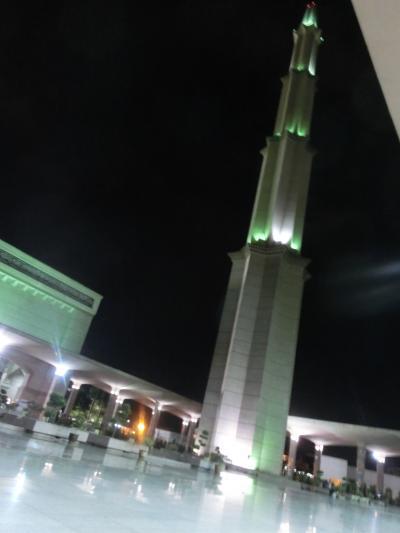 夜のピンクモスクで礼拝参加(クアラルンプール)