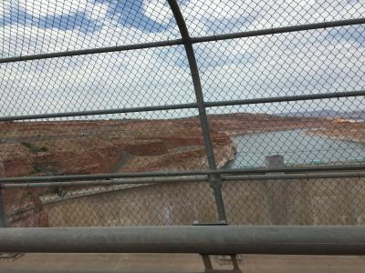 アリゾナ州 ページ - グレン キャニオン ダム橋を渡りビジターセンターへ