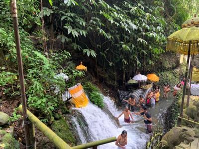 ダラムピンギットスバトゥ寺院(Pura Dalem Pingit Sebatu)で沐浴