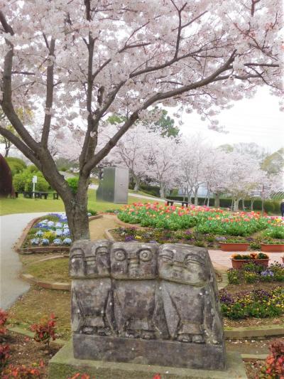 2021年3月 山口県・宇部市 ときわ公園に桜を見に行きました。彫刻に彩を添えています。