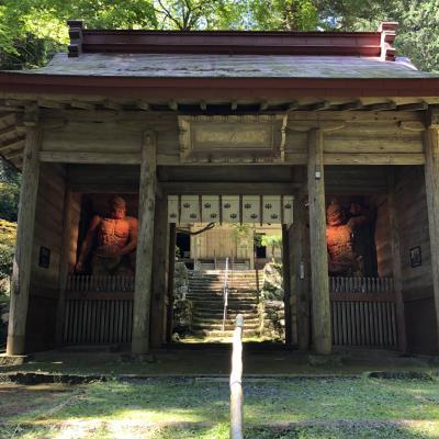 仮本堂でも400余年、古刹金勝寺と川遊びもしたくなる清涼な九品の滝