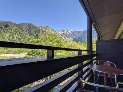 残雪が残る穂高連峰、新緑眩しい上高地へ、五千尺ホテルバルコニー付に泊まってみた