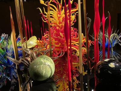富山市ガラス美術館と雨の富山城