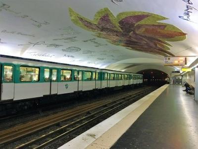 スト中のパリ街歩き終わり JALエアフランスラウンジ