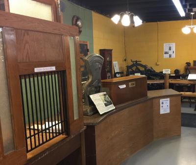 ミネソタ州 ウォルナット グローブ - ヘリテージ レーンにはアメリカの伝承遺産物が展示されています。