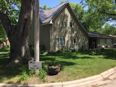 ミネソタ州 ウォルナット グローブ - 今では緑が豊富な住宅地となり、ローラの学校跡地やとうさんのブーツのお金を寄付した教会の鐘