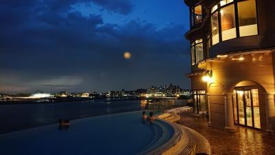 休日の午後から、江ノ島に半日観光。本場のしらす丼、岩屋等の絶景、屋上プールからの夜景が素晴らしい♪♪