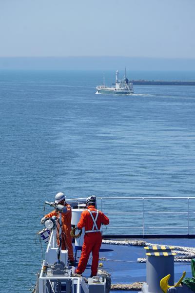 大平洋フェリー創立50周年3船乗り比べツアーと名古屋の旅(7)仙台港から「きたかみ」の船首の見える部屋で苫小牧を目指して野生のイルカを見る。