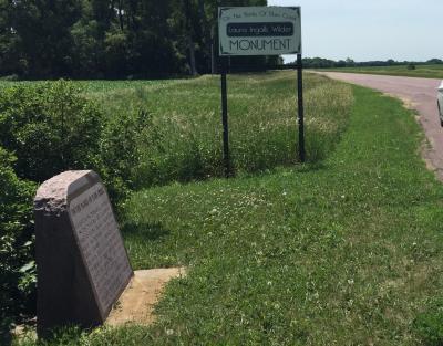 ミネソタ州 ウォルナット グローブ - プラム クリークにローラ インガルス記念碑が立ち、ここに横穴小屋で生活していたことを伝えます。