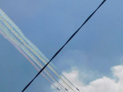 ブルーインパルス東京の空に五輪を描く・JAL金色鶴のオリンピック塗装機