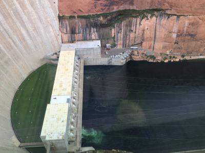 アリゾナ州 ページ - グレンキャニオンダムのビジターセンターからの景色