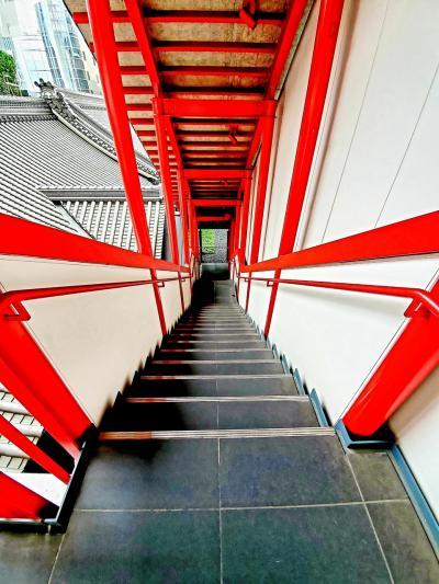朱の五右衛門階段から歌舞伎座を見下ろす 銀座で真夏の夜の夢