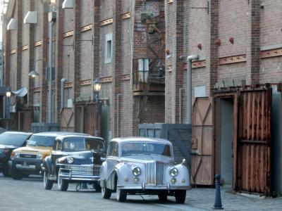 大阪にもあった!赤レンガ倉庫 クラシックカーが並ぶそこは、古き時代のNYの街並みのような空間
