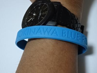 沖縄ステイOKINAWA BLUE POWER リストバンドを着けて