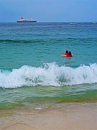 南紀白浜22 白良浜/夏の朝 白い浜辺620m-石英が主 ☆日本の渚百選・人気の海水浴場で