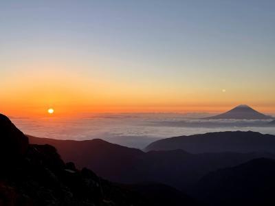 北岳、間ノ岳登山(絶景の日の出と雲海と富士山)