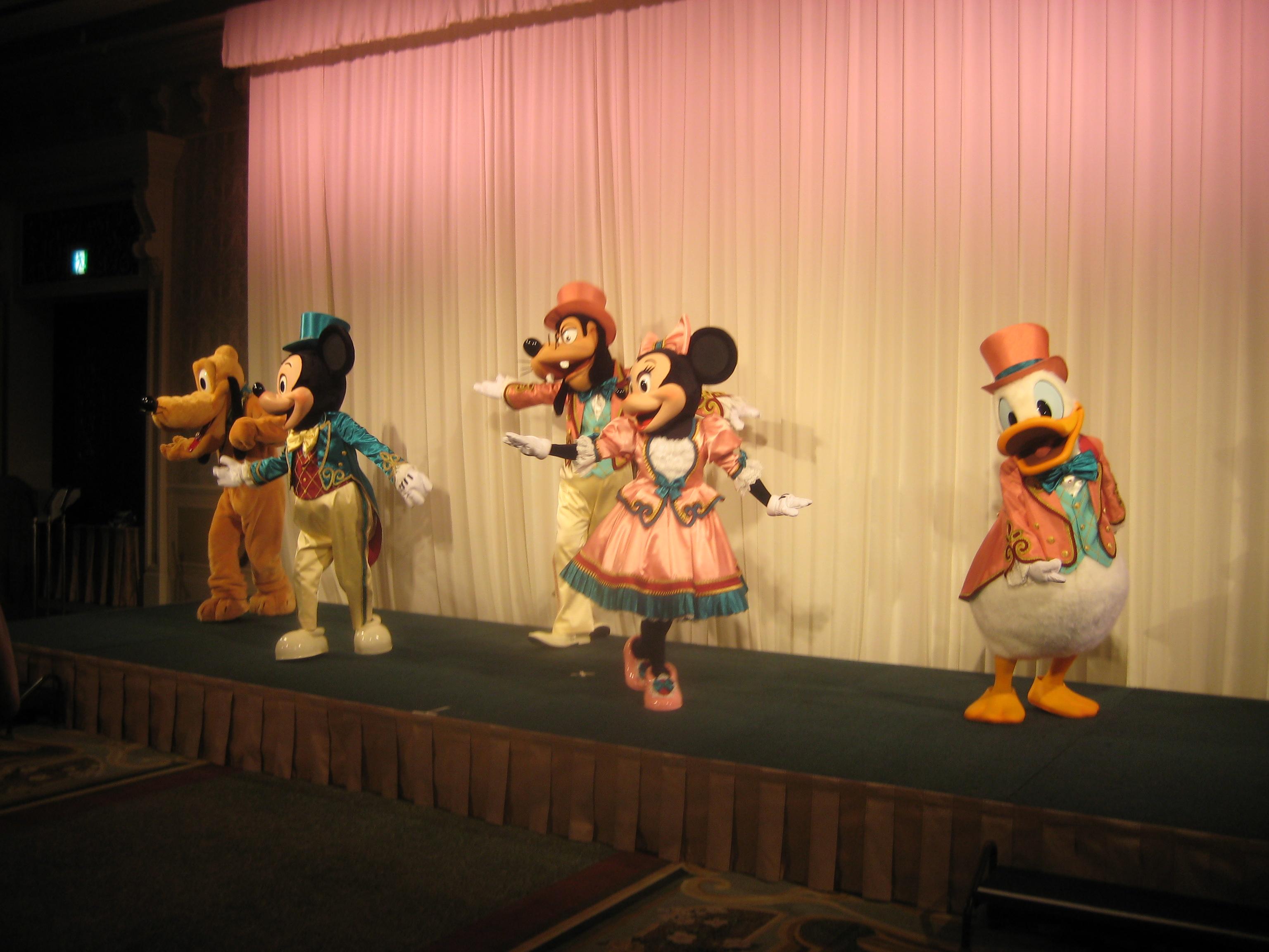 ディズニーランドホテルにてパーティー』東京ディズニーリゾート(千葉