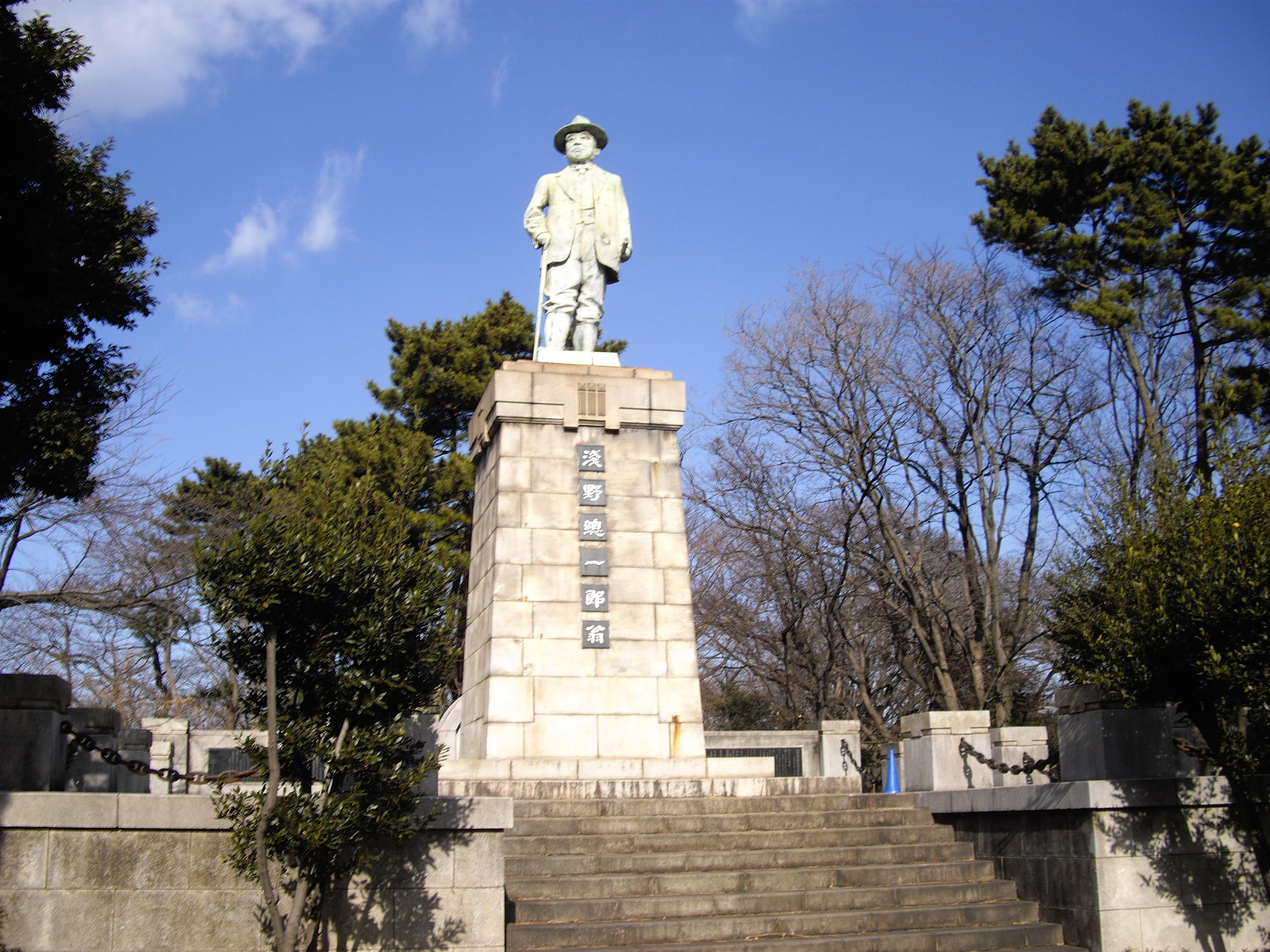 銅像山(浅野総一郎)からの横浜...