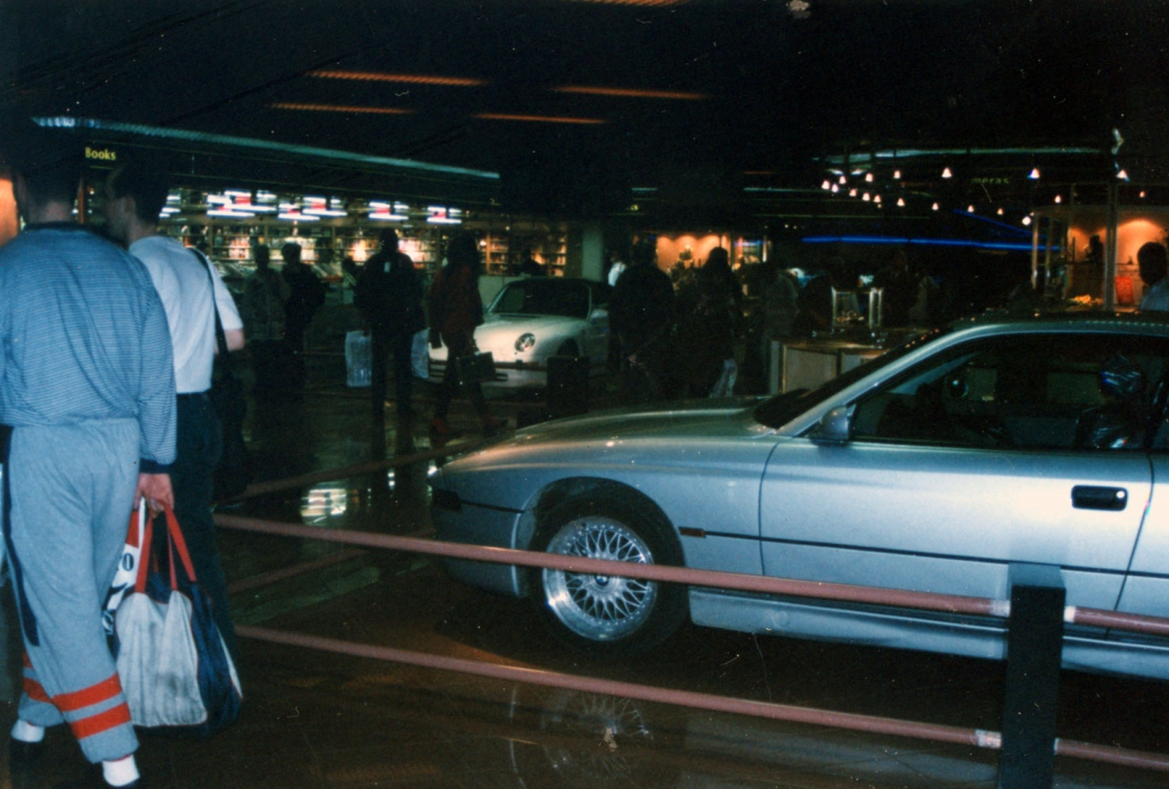 UAE(アラブ首長国連合)DUBAI(ドバイ国際空港)で売っていたポルシェ。