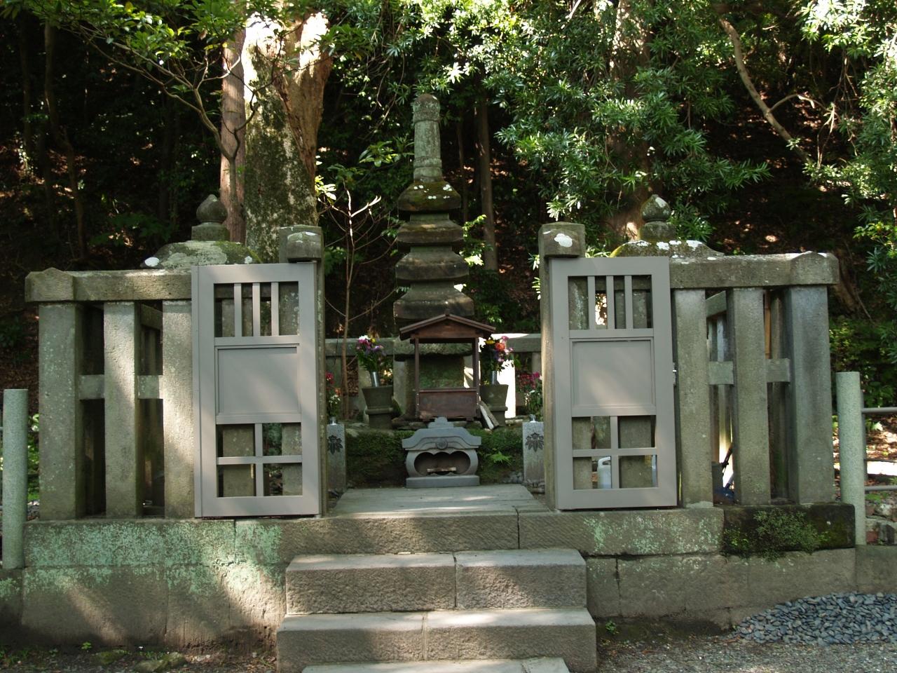 法華堂跡には白旗神社と源頼朝の墓が建っている