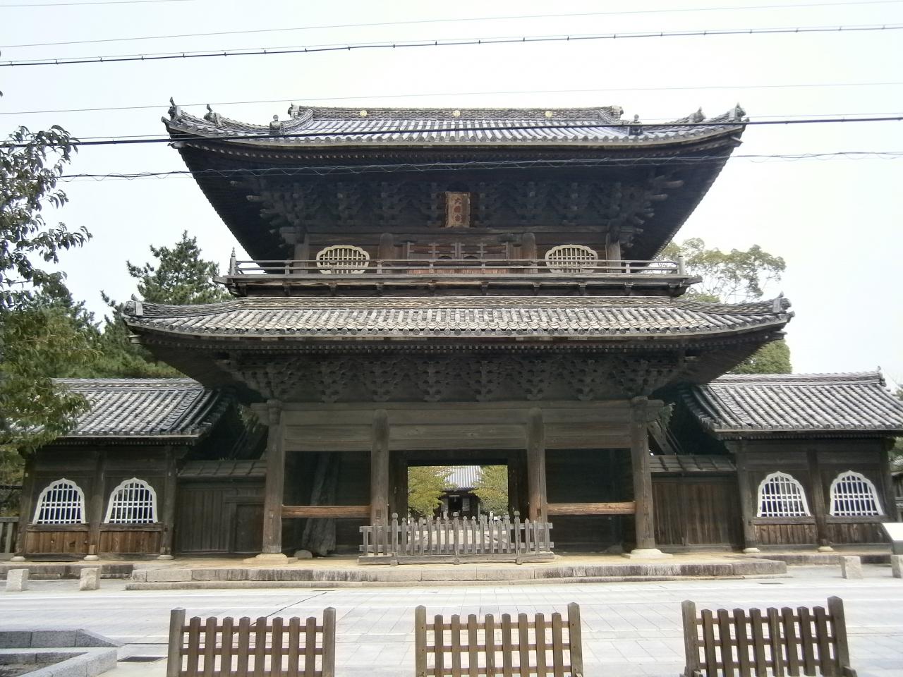 山門から岡崎城を望める大樹寺へ...
