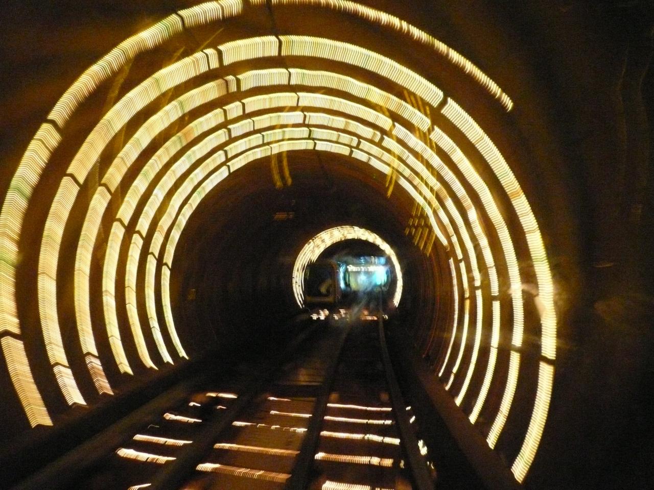 上海 外灘観光トンネルに行って...