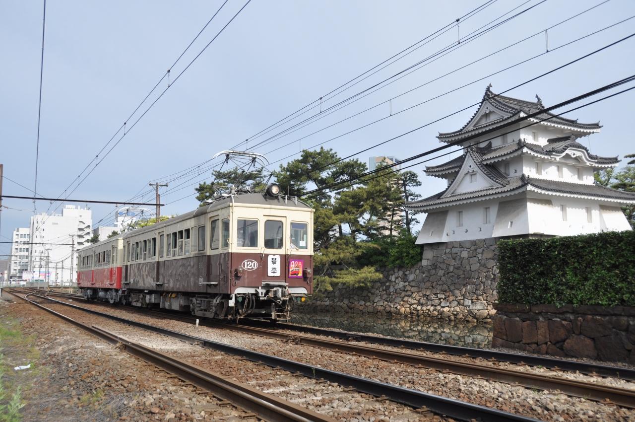 城と電車の壁紙